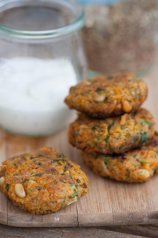 Chiftelute de morcovi, caise uscate si seminte de pin cu sos de iaurt