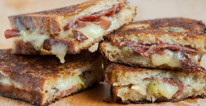 Sandvis cald cu branza topita (grilled cheese sandwich)