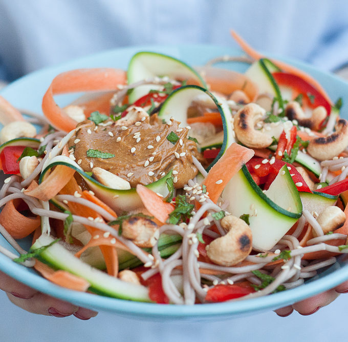 Pad thai vegan cu legume si taitei cu hrisca