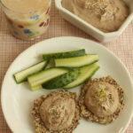 Mic dejun sanatos: pasta de masline, painici din seminte si lapte de orez