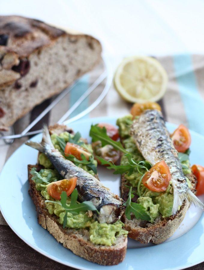 Sandvisuri cu avocado si sardine la gratar