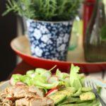 Salata cu piept de curcan, avocado si taitei de hrisca