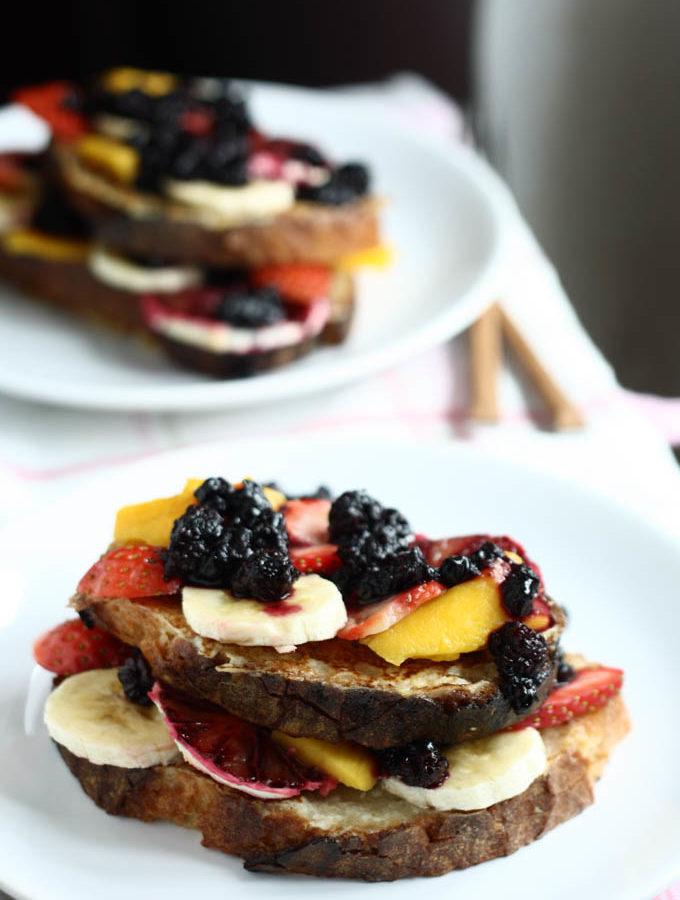 French toast cu sos de fructe de padure