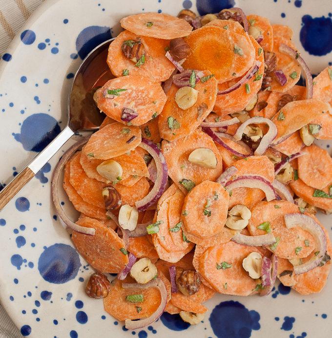 Salata de morcovi cu alune de padure si tahini